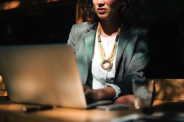 Piccolo manuale di resistenza contro la misoginia in ufficio